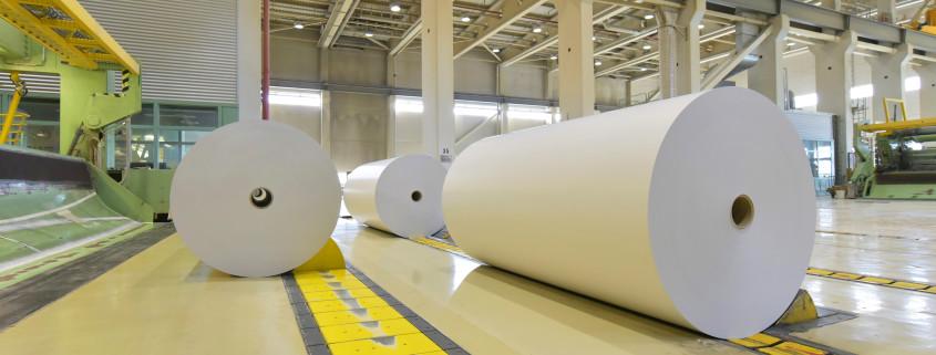 Papierrollen in einer Papierfabrik - Verarbeitung von Altpapier // Paper rolls in a paper mill - processing of waste paper
